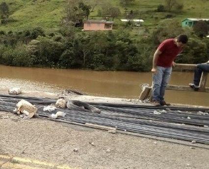 Caminhão despenca de ponte nas águas do Rio Irani