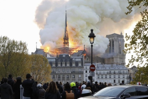 Incêndio atinge a catedral de Notre Dame de Paris