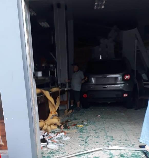 Motorista perde o controle da direção e invade comércio no centro de Dionísio Cerqueira