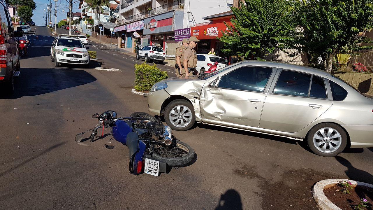 Acidente no centro deixa motociclista ferido em Itapiranga