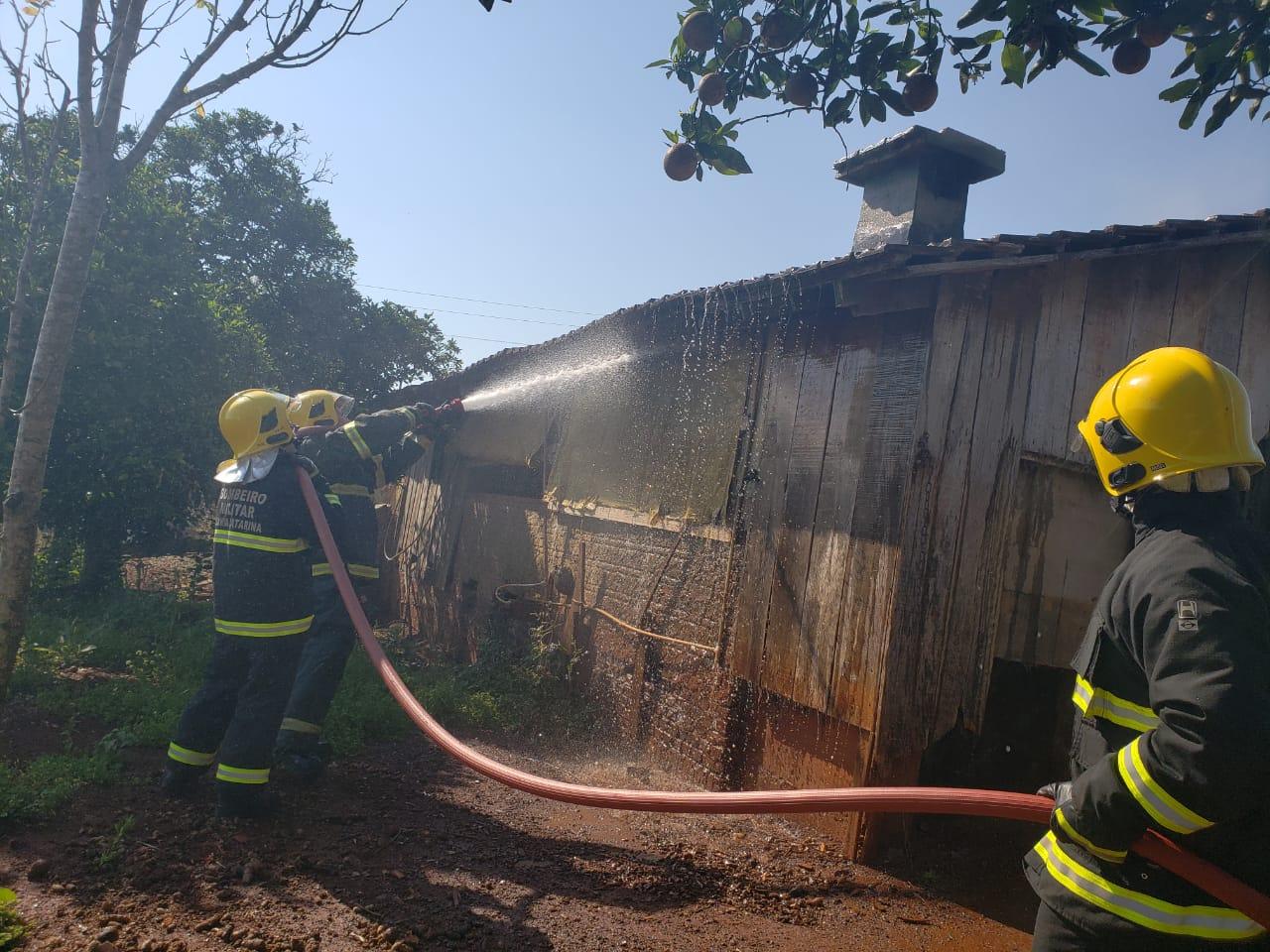 Incêndio danifica galpão no interior de Iporã do Oeste