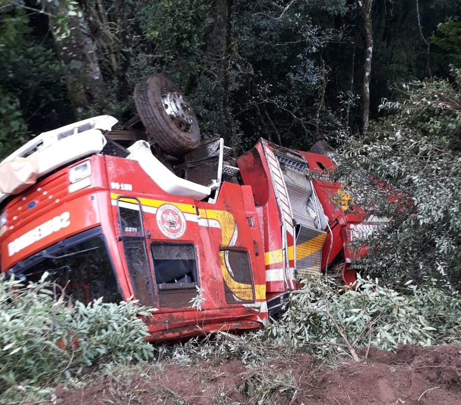 Caminhão dos bombeiros capota na BR-282 a caminho de acidente