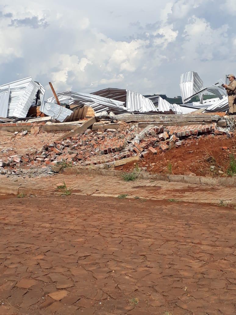 Trabalhador morre após queda de barracão durante temporal