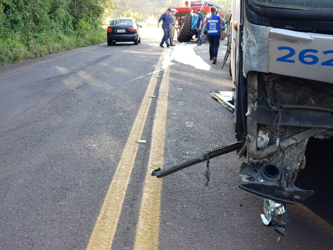 Trator fica destruído em colisão com ônibus na SC 386