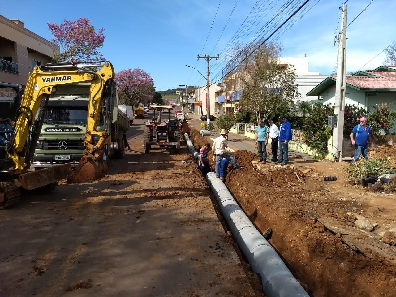 Avenida de São José do Cedro recebe investimentos em tubulação