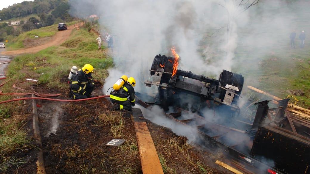 VÍDEO: Caminhão capota e pega fogo na BR 158