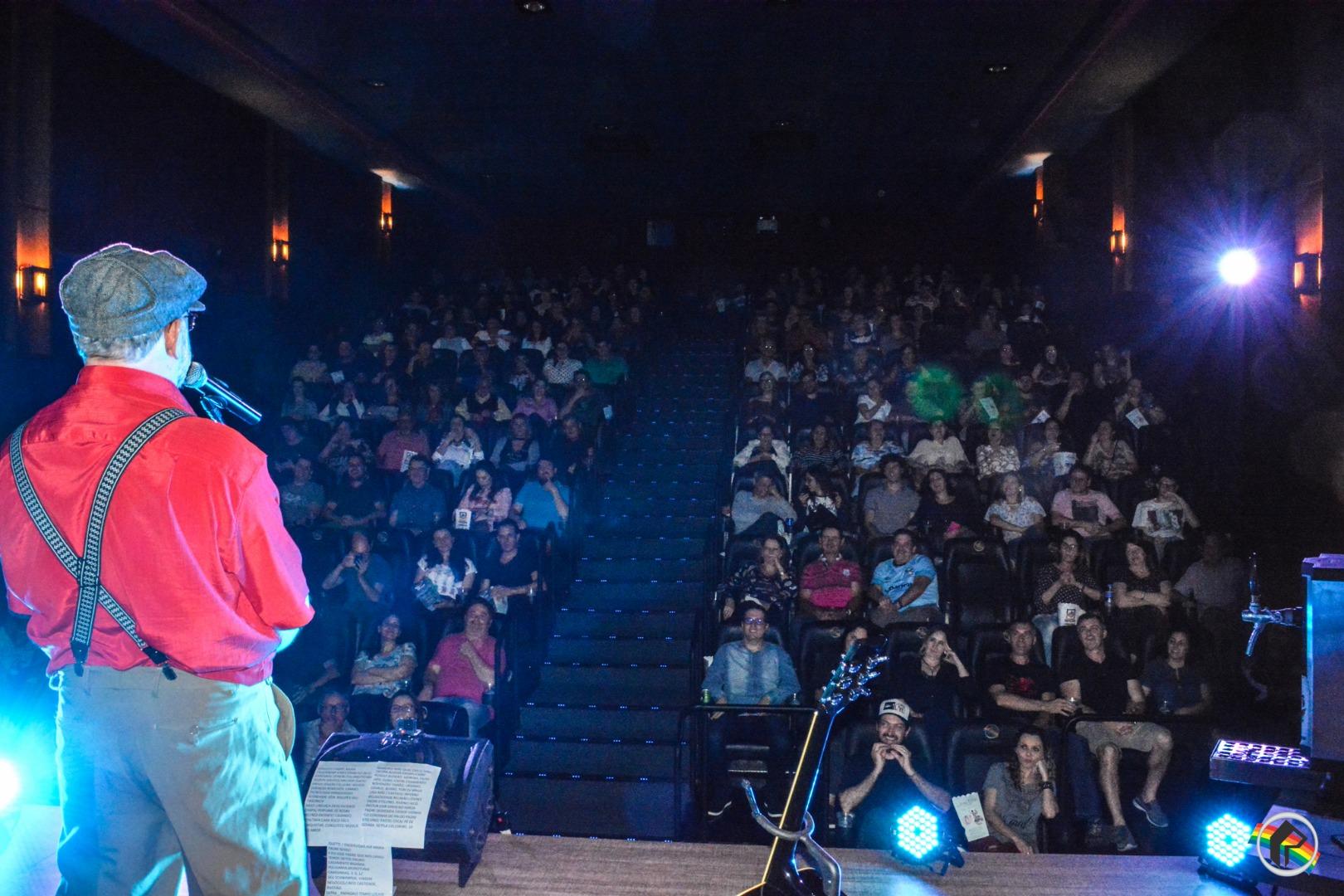 VÍDEO: Show de Stand Up com Seu Aníbal lota o Cine Peperi