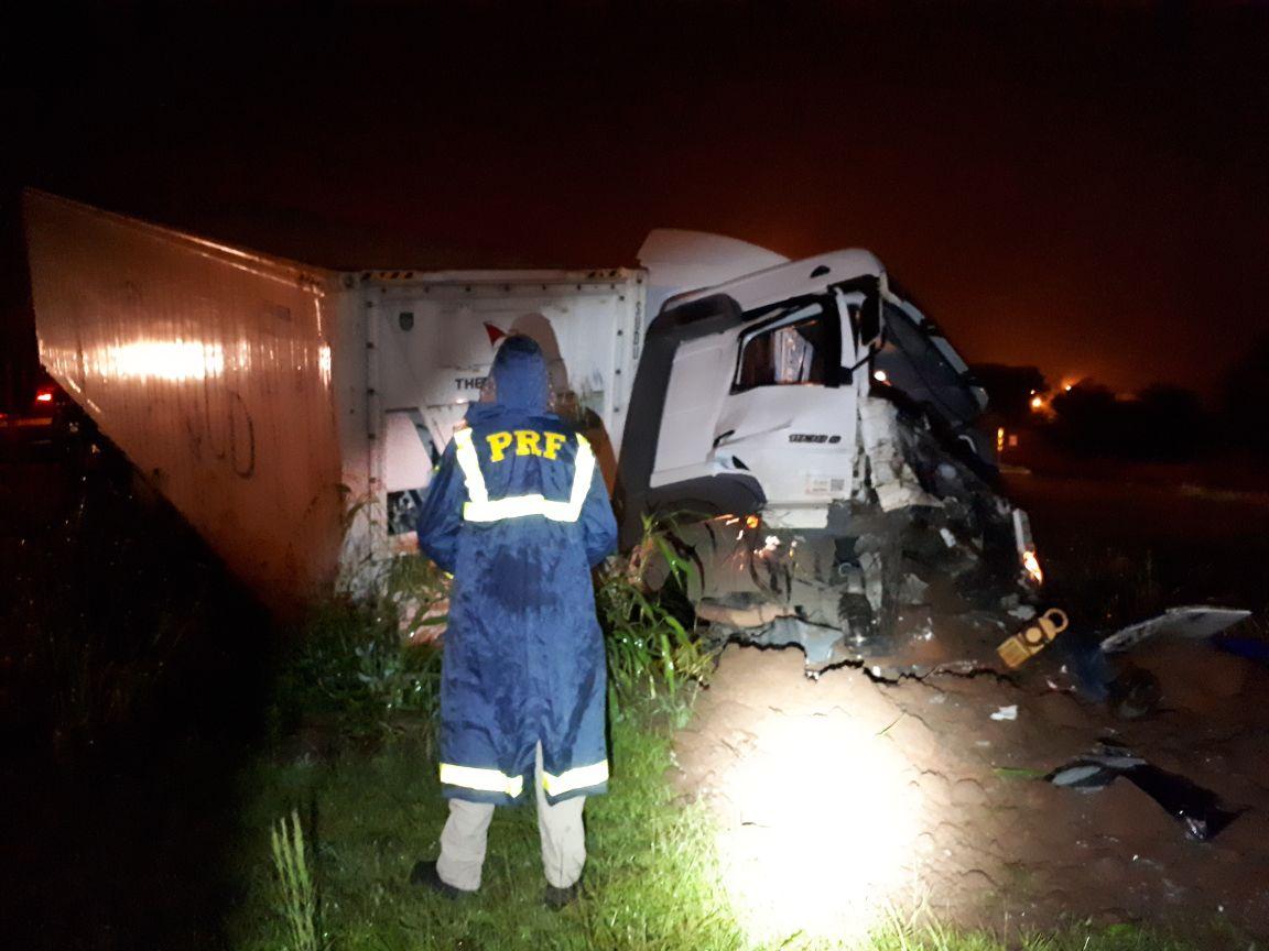 Caminhoneiro dorme ao volante e se envolve em acidente na BR 282