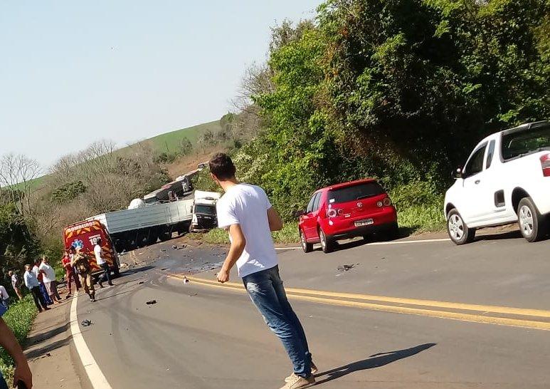 Colisão entre carro e carreta deixa uma pessoa morta na BR-163