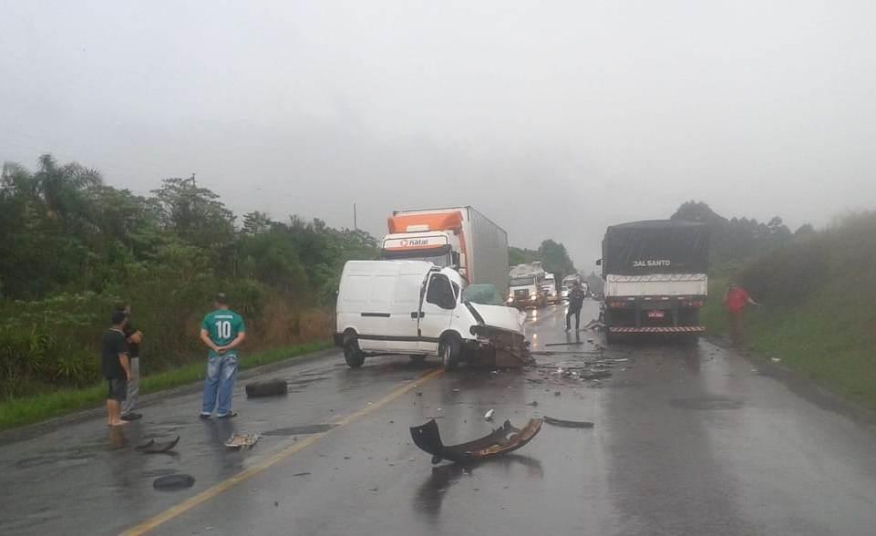 Colisão entre van e carreta na BR-158 deixa motorista ferido