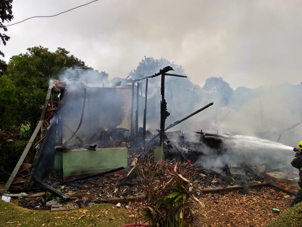 Moradora fica ferida em incêndio no interior de Guarujá do Sul