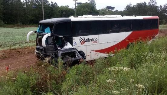 Quatro pessoas morrem em acidente entre carro e ônibus na BR-386