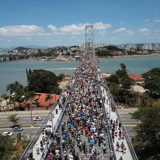 Ponte Hercílio Luz é reaberta após quase 30 anos interditada