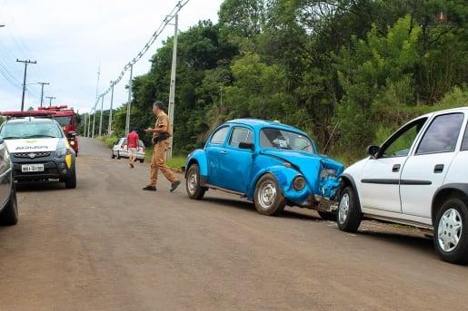 Motorista fica ferido em colisão frontal, em Barracão