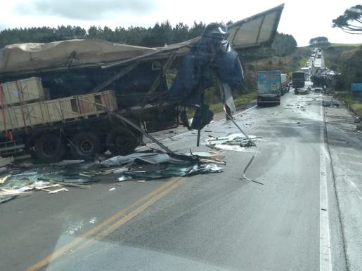Grave acidente entre duas carretas deixa uma pessoa morta
