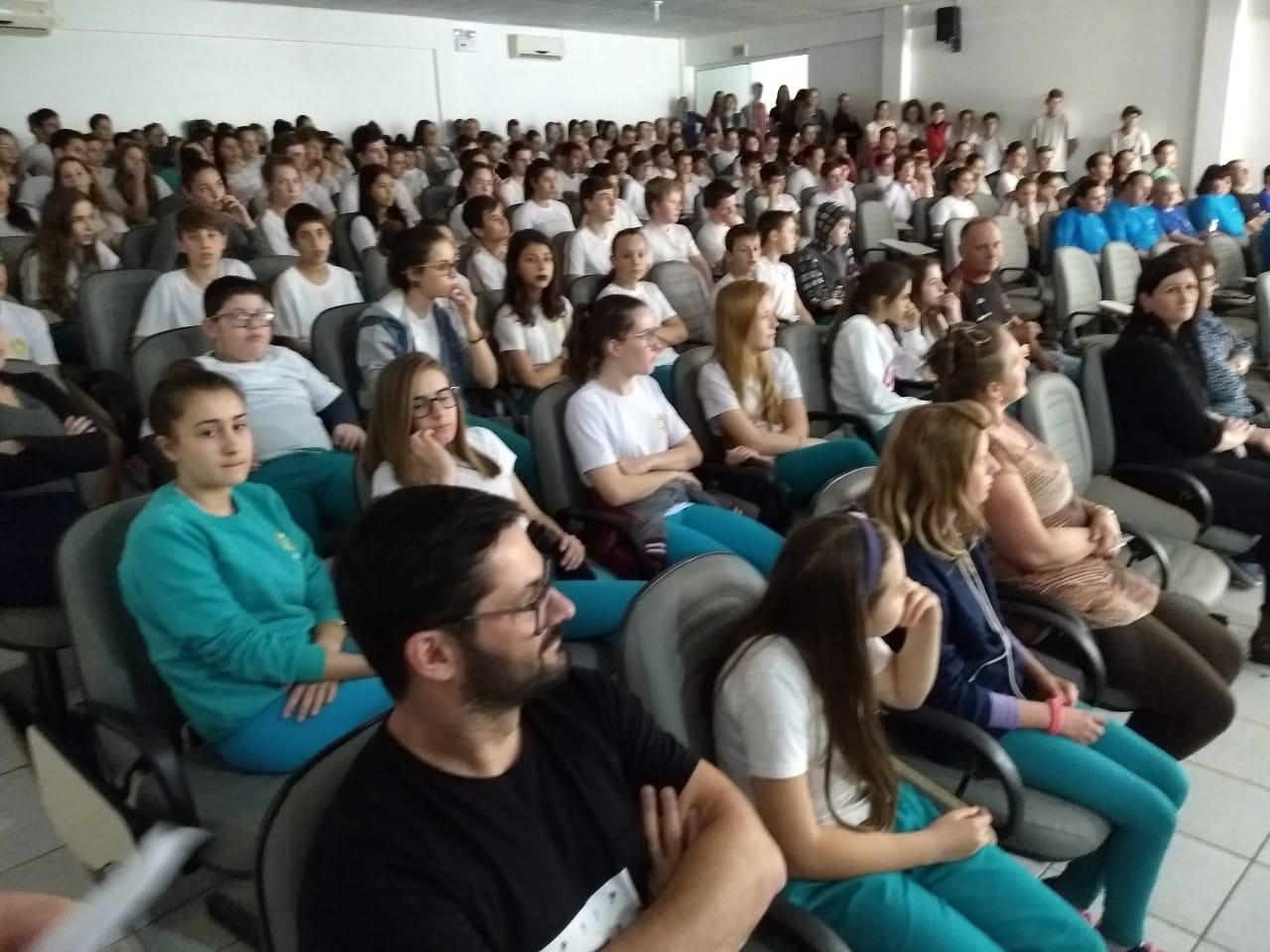 Estudantes encenam teatro sobre a colonização de São José do Cedro