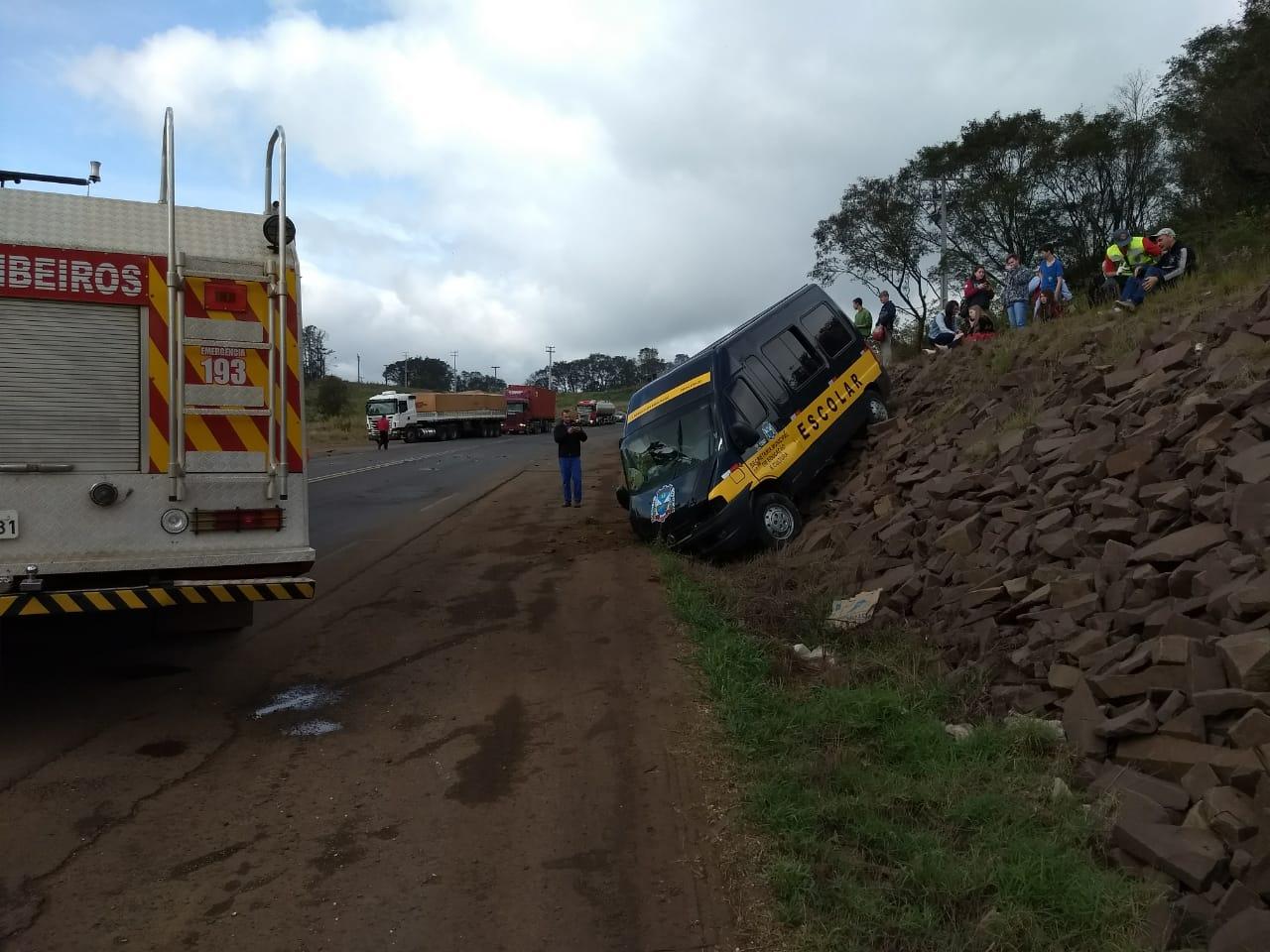 Colisão entre carro e Van deixa feridos na BR-163