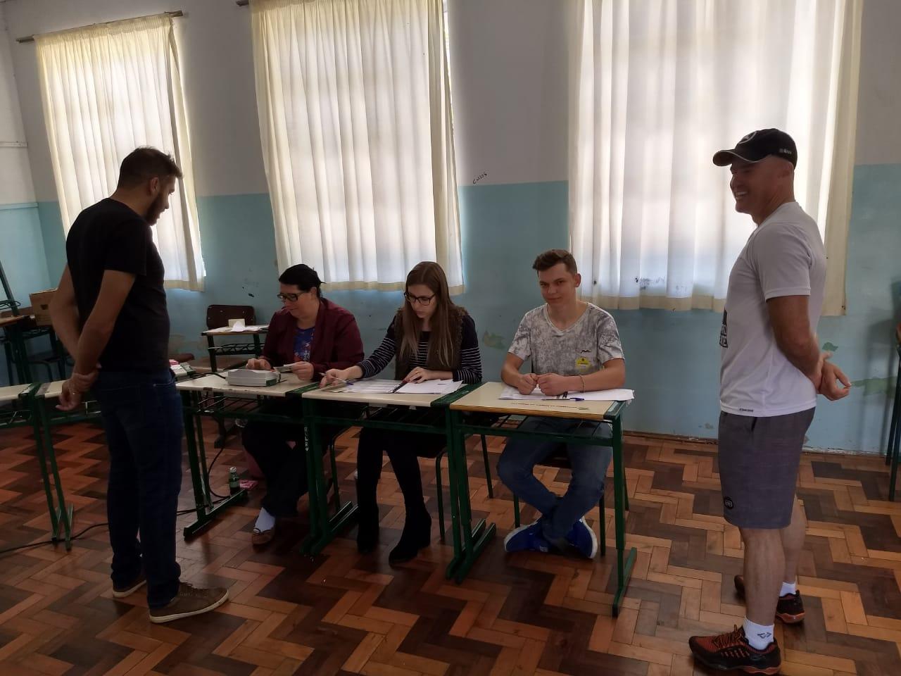 Maiores colégios eleitorais de São José do Cedro registram movimentação