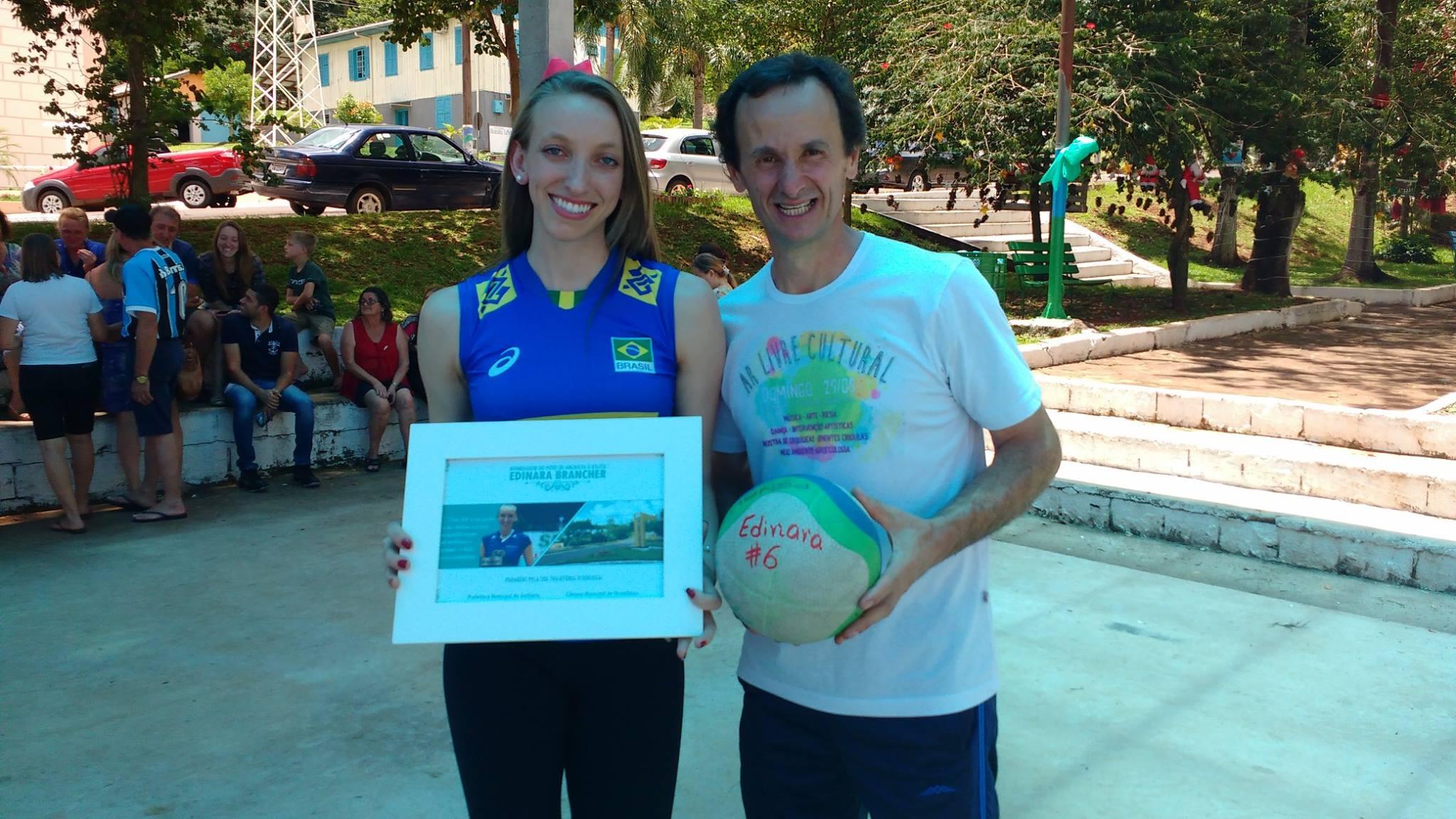 Atleta de voleibol de Anchieta recebe homenagens no município