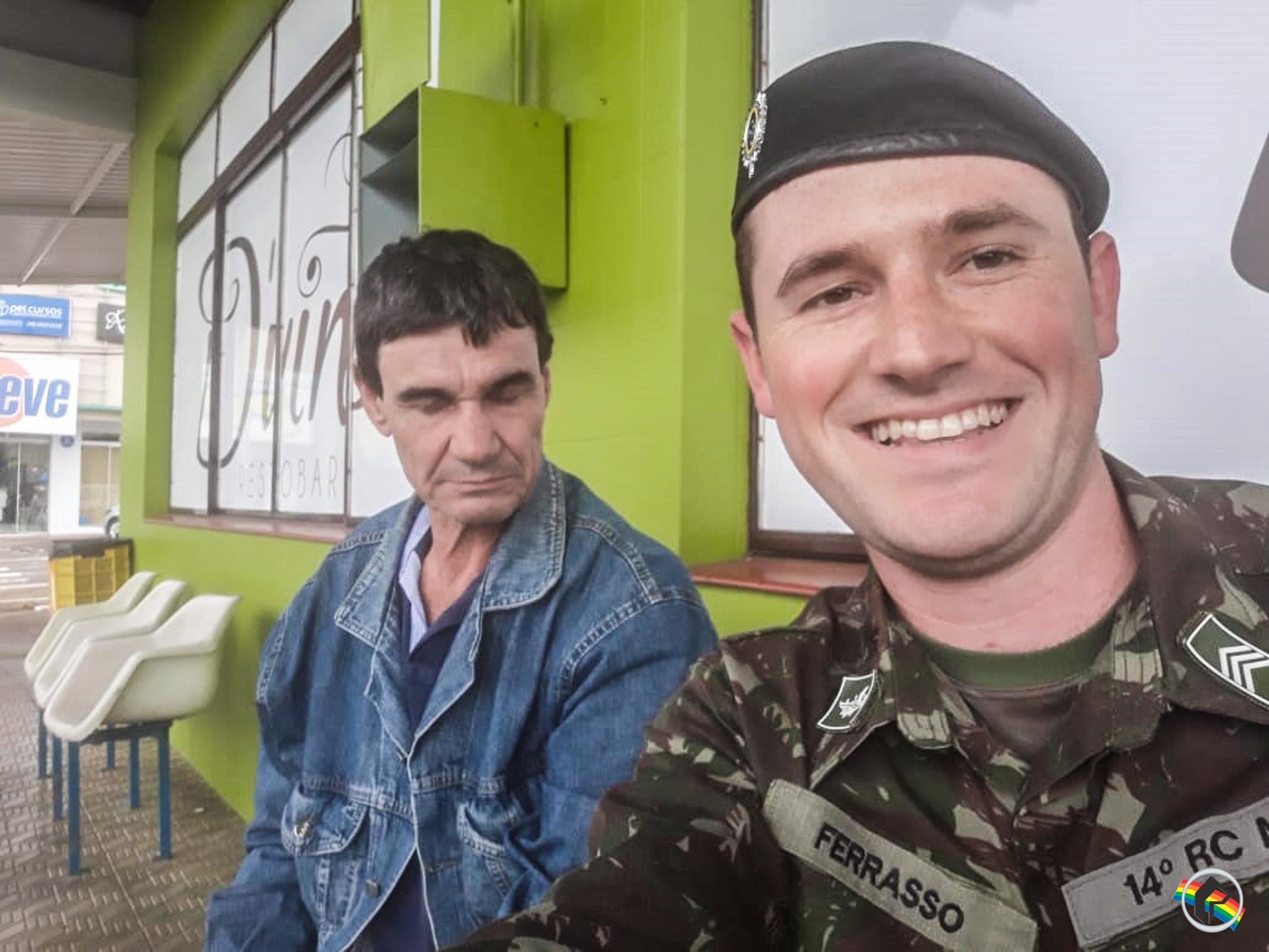 OUÇA; Militares ajudam homem cego a voltar para casa