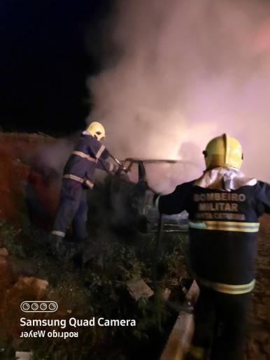 Carro é destruído por incêndio na cidade em Mondaí