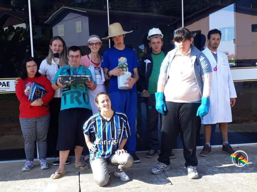 Acadêmicas realizam estágio sobre profissões na Apae de Itapiranga