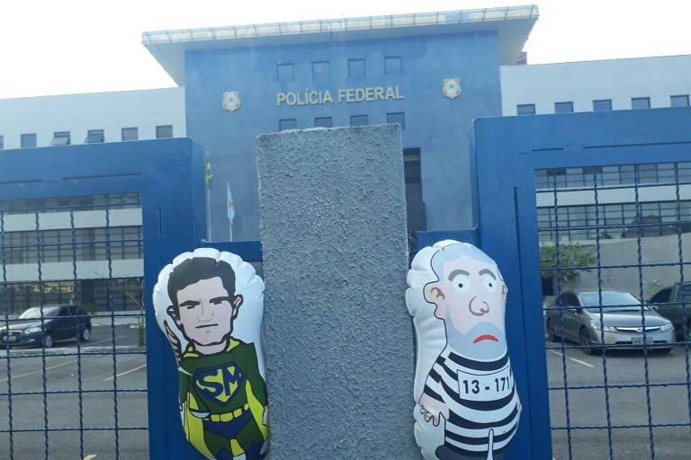 Bonecos e Lula e de Moro decoram manifestação na PF em Curitiba