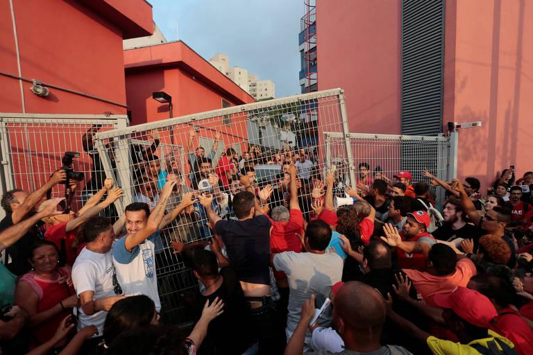 AO VIVO: Militantes impedem saída de Lula do sindicato em São Paulo