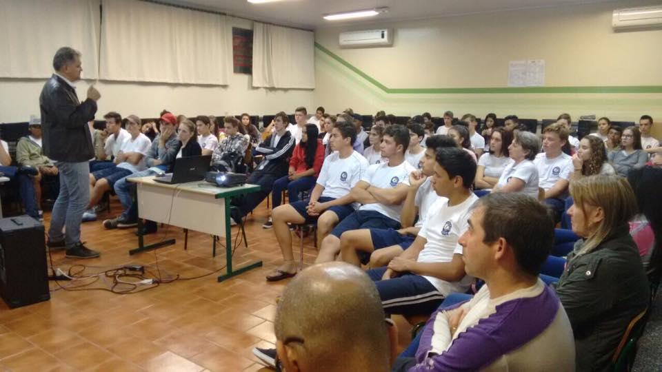 Alunos e empresários participam de palestra sobre turismo