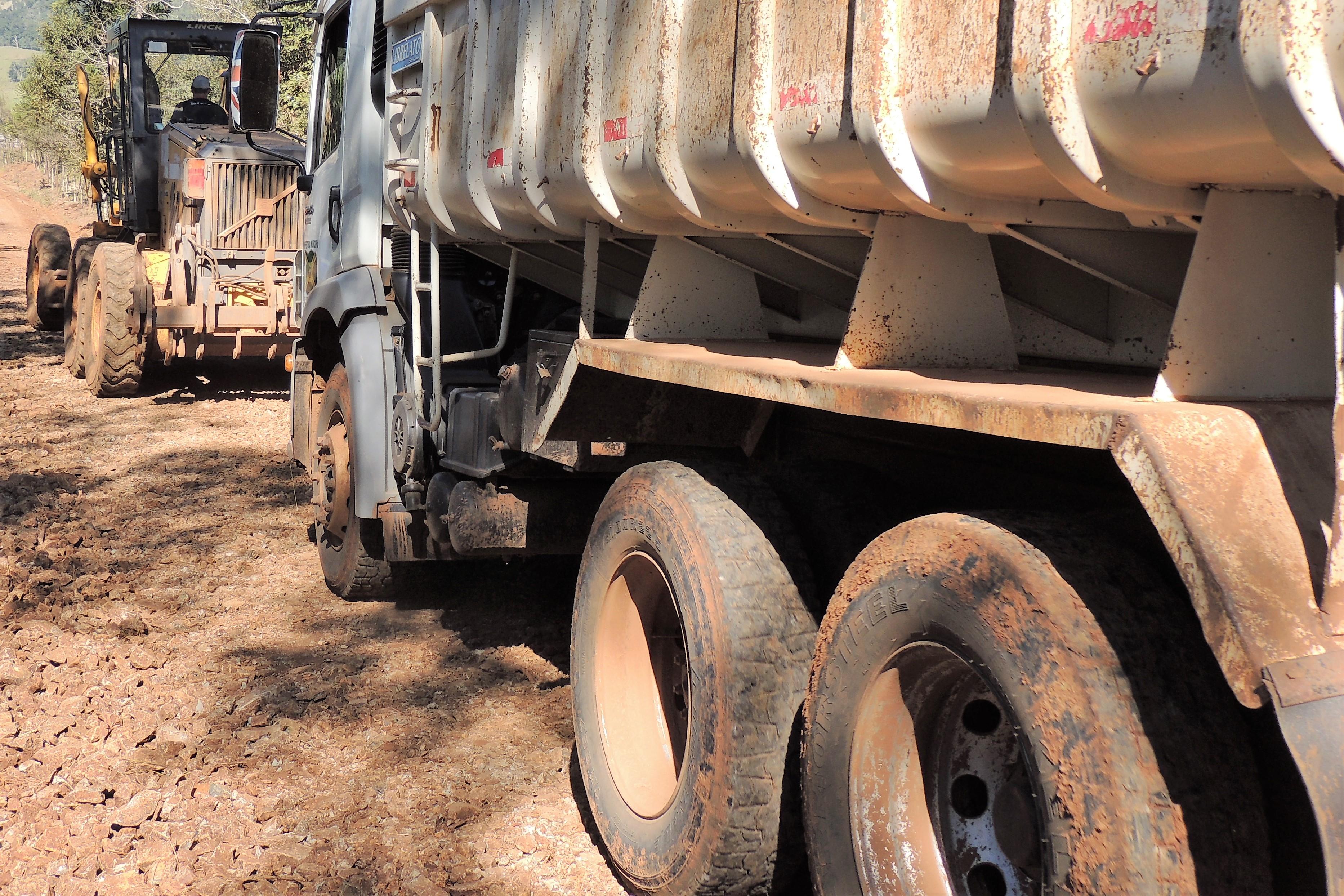 Prefeitura realiza trabalho de recuperação das estradas rurais de Paraíso