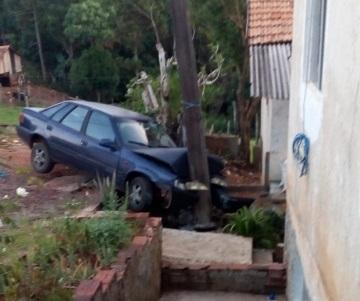 Motorista perde o controle da direção e colide em poste