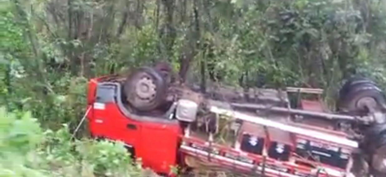 Caminhão capota em ribanceira na BR-282