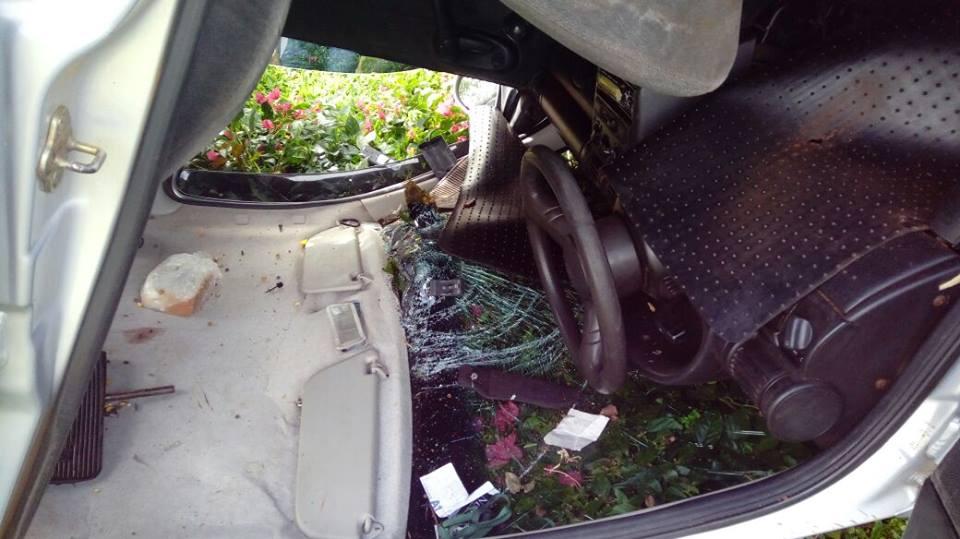 Carro despenca de barranco e cai em quintal de residência
