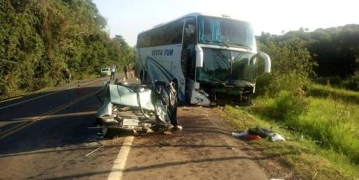 Colisão frontal entre carro e ônibus deixa quatro mortos no RS