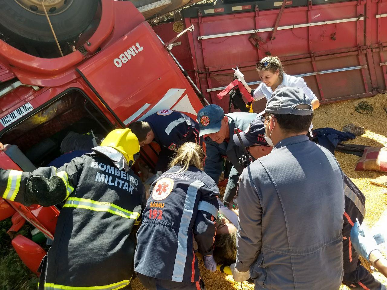 Duas pessoas ficam feridas em tombamento de carreta na SC 161