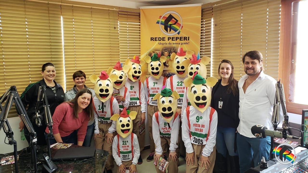Mascotes da 22ª Festa do Leitão de Jaboticaba visitam Rádio Itapiranga