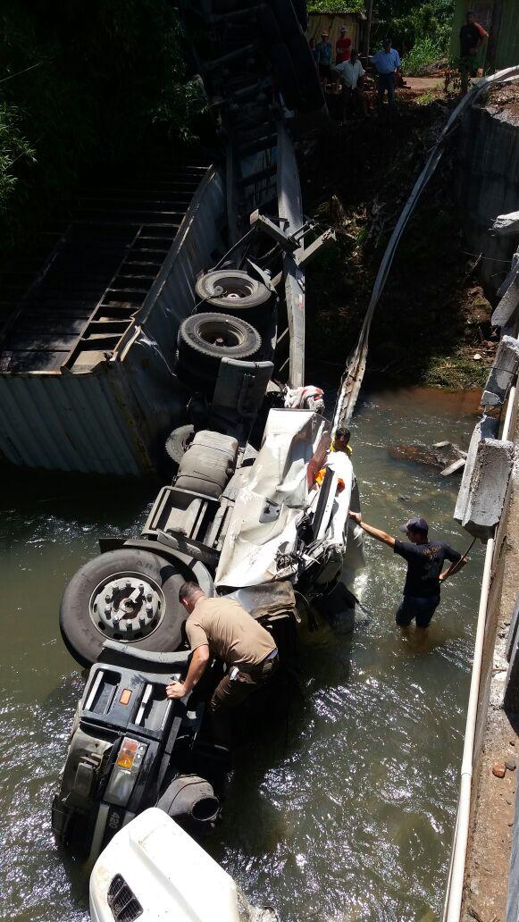 Caminhão cai dentro de rio no interior e deixa motorista ferido