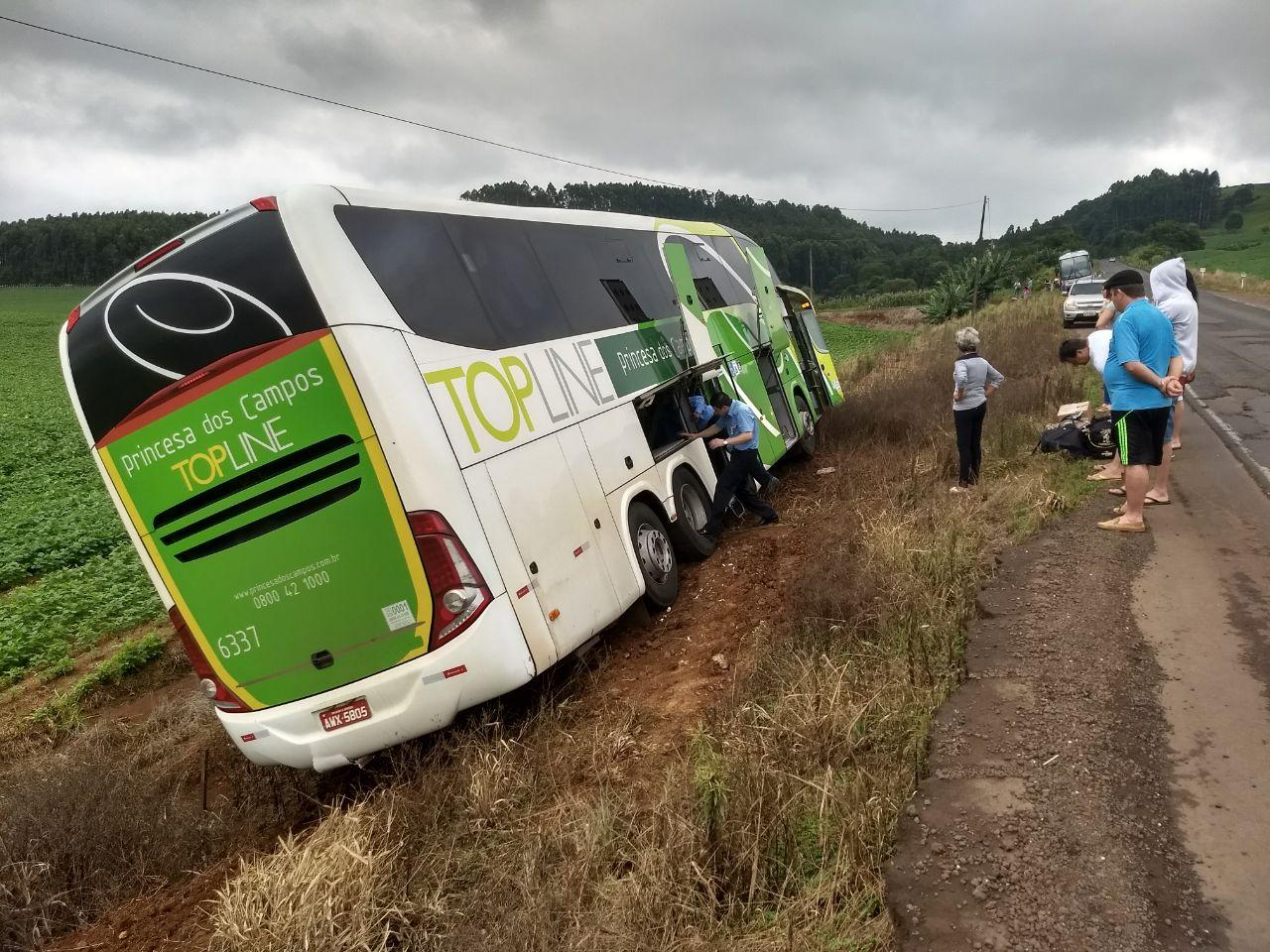 Ônibus sai da pista devido aos buracos e desníveis da BR-163