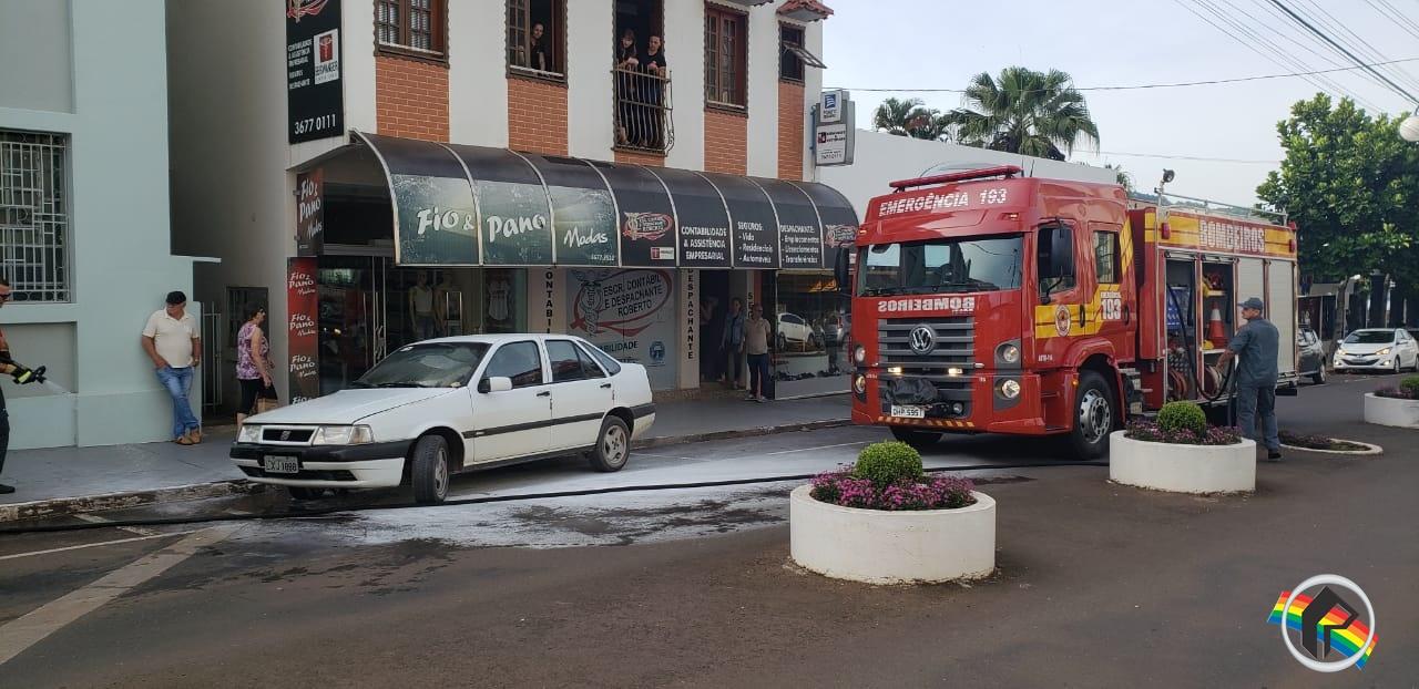 Carro pega fogo no centro de Itapiranga