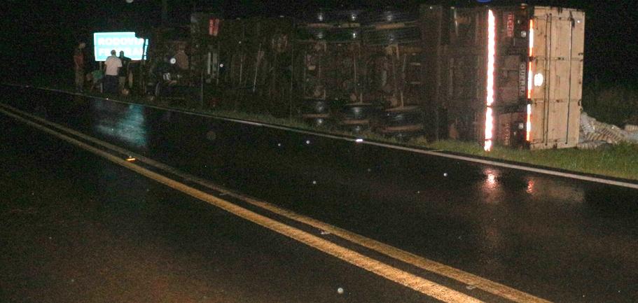Carreta tomba às margens da BR-163 em Barracão