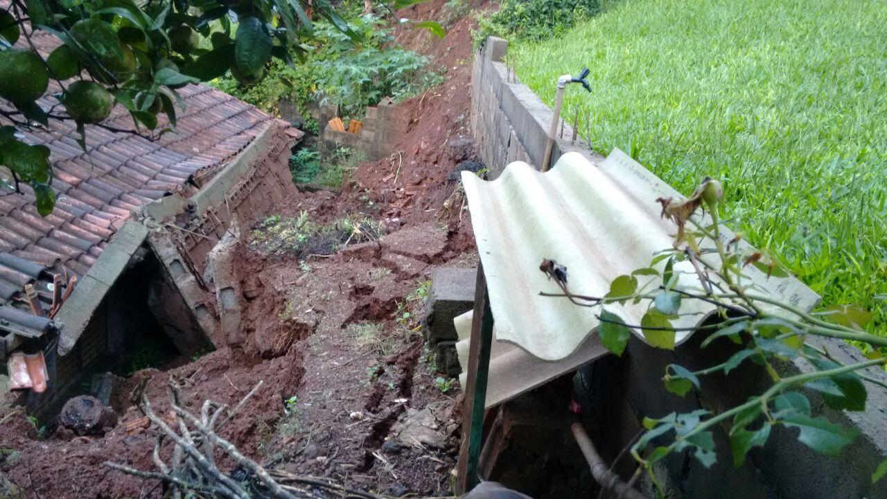 Muro cai e causa interdição de casa em Itapiranga