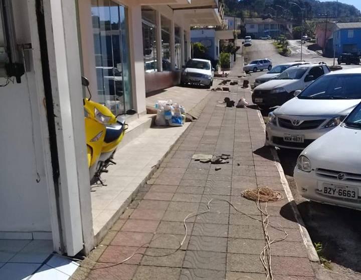 Prefeitura de Anchieta atende pedido de moradores para recuperação de calçadas