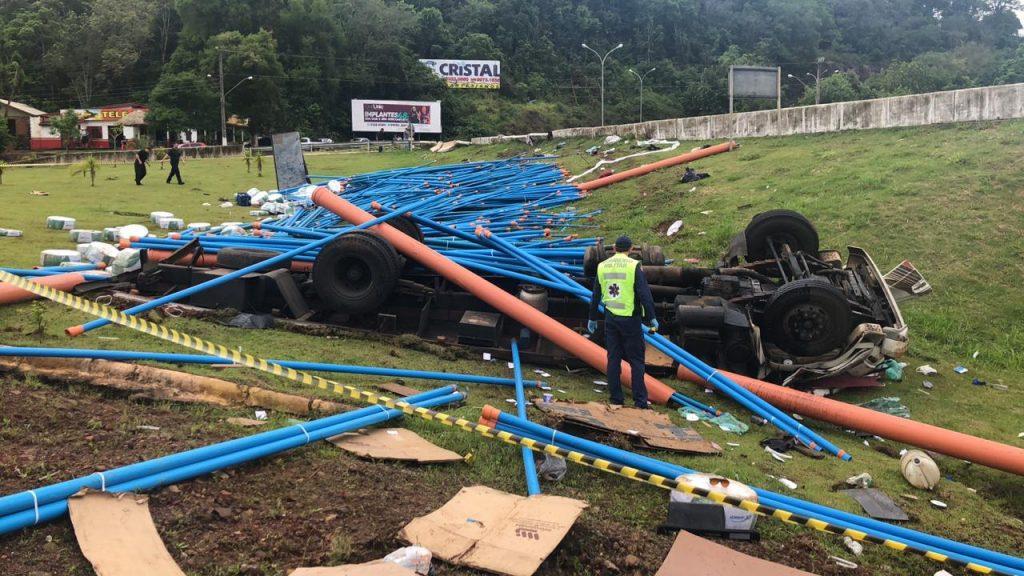 Motorista morre em tombamento de caminhão no Goio-Ên