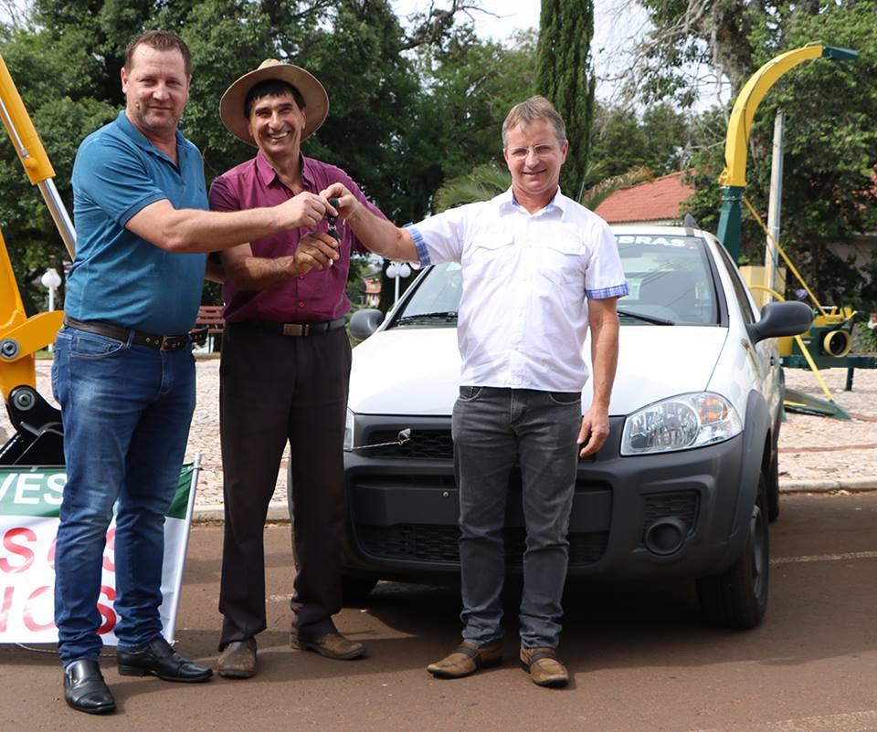 Prefeito realiza entrega de veículos e implementos para secretarias de Palma Sola