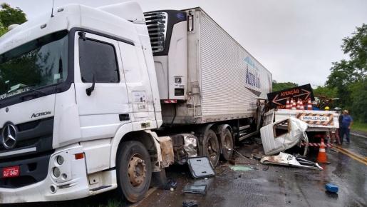 Colisão entre caminhões deixa quatro feridos na BR-282