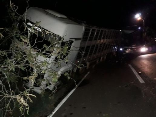 Acidente entre caminhão e ônibus deixa homem ferido na SC-283