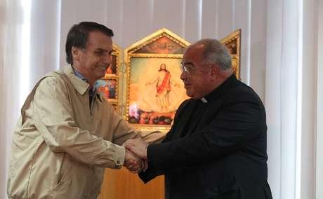 Bolsonaro visita arcebispo do Rio e assina compromisso com valores cristãos