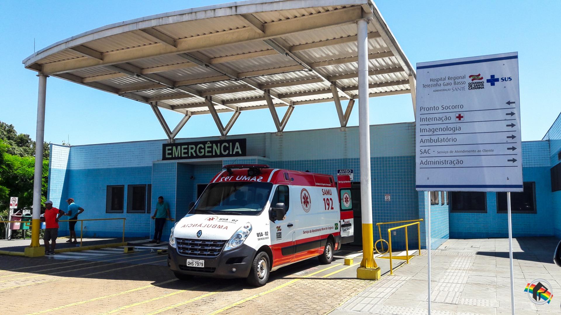 Acidente no centro deixa motociclista ferido em São Miguel do Oeste