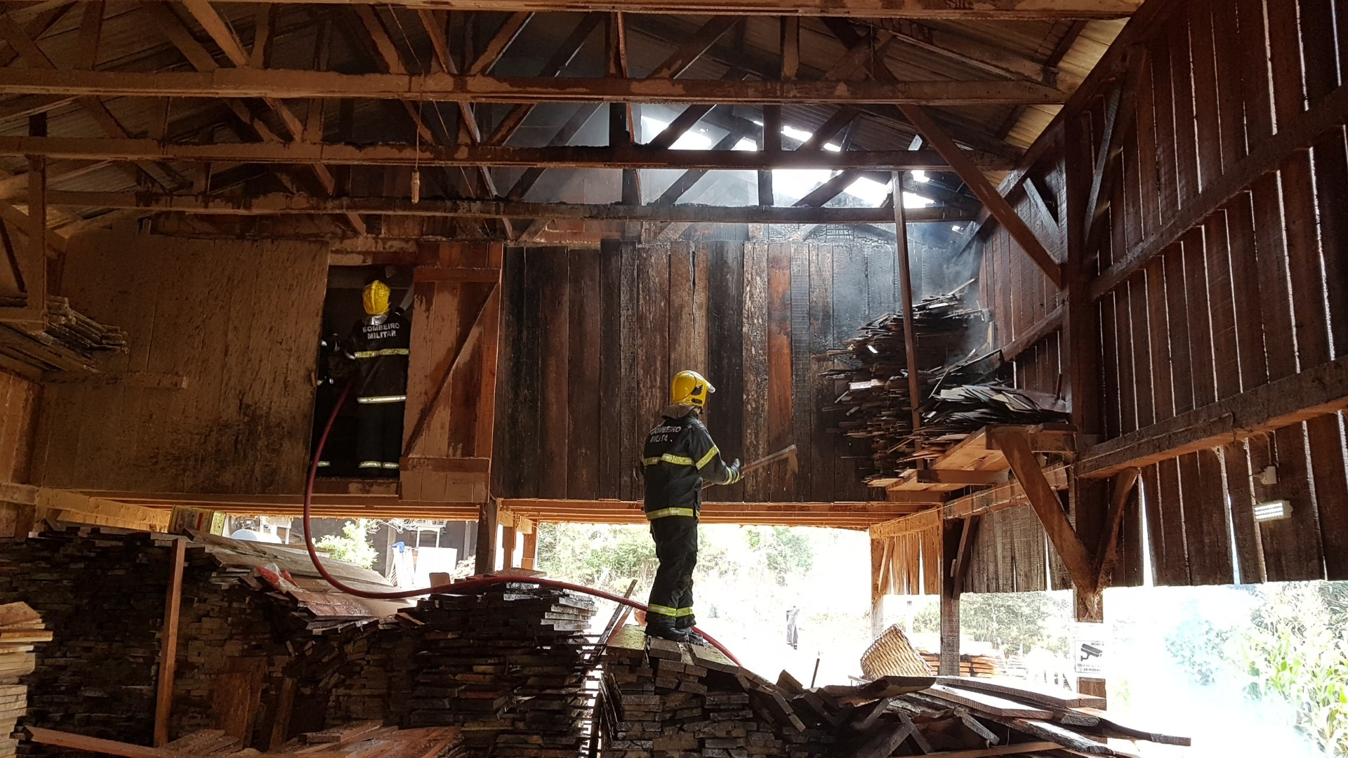 Incêndio atinge fábrica de móveis no interior de Itapiranga