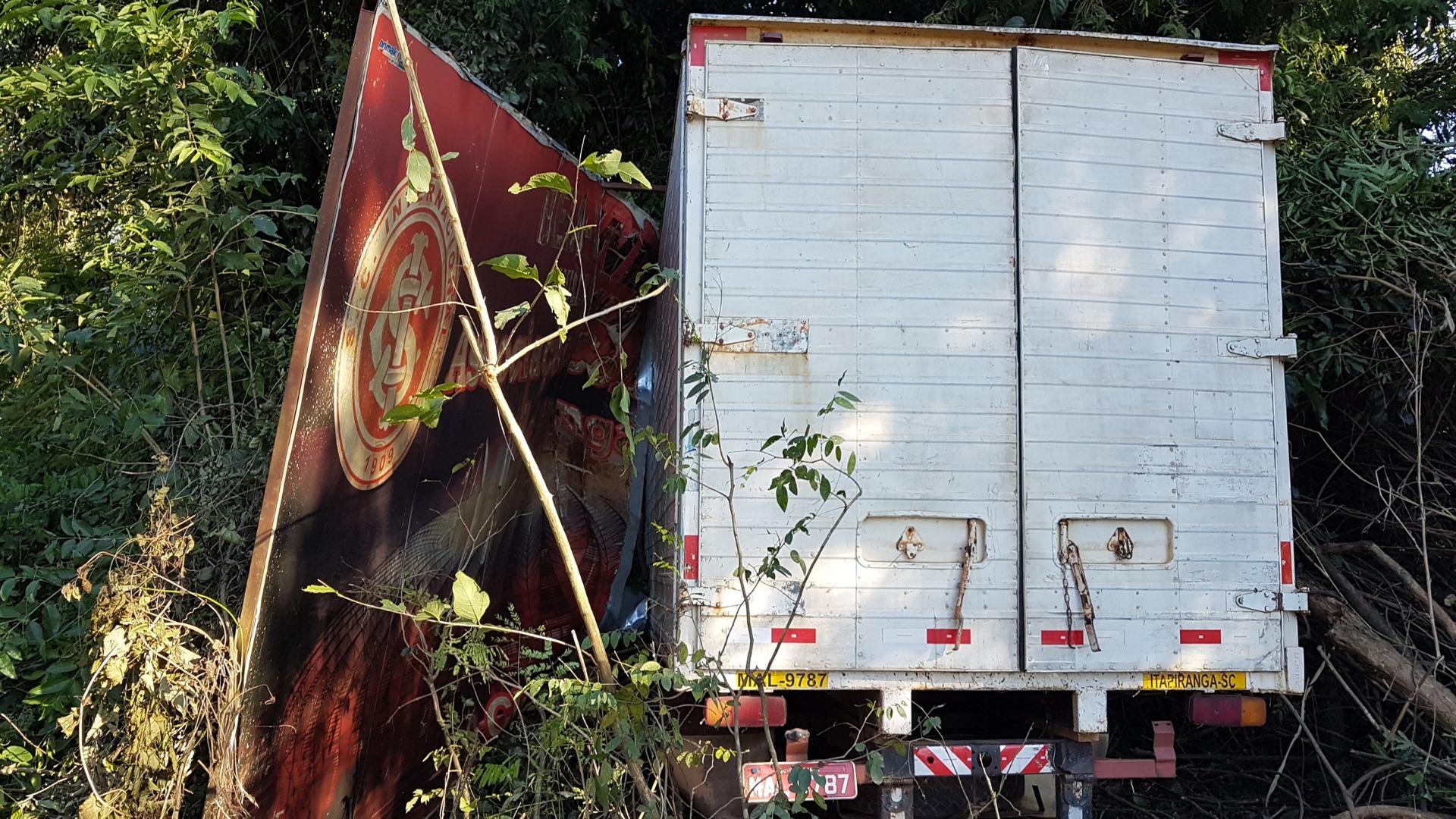 Caminhão sai da pista e derruba placa de equipe de futebol